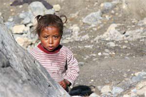 Kind in einem Dorf bei Jomsom