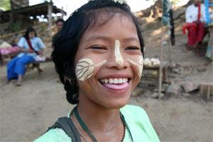 Mädchen in Inwa mit Tanaka Paste im Gesicht