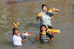 Händlerinnen bieten Ware für die Bootsfahrer