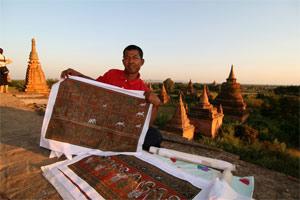 Netter Händler in den Pagoden von Bagan