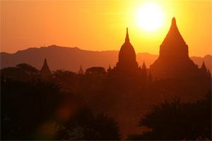 Sonnenuntergang in den Pagoden von Bagan