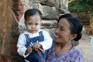 Frau mit Kind in den Pagoden von Bagan