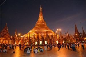 Shwedagon-Pagode in Yangon bei Nacht