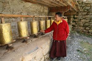 Mönch vor Gebetsmühlen